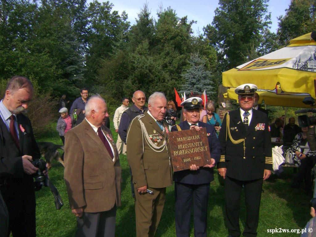 Legnica-Uniejowice-2013-1.Przekazanie Tablicy na Pomnik Marszałka Rokossowskiego