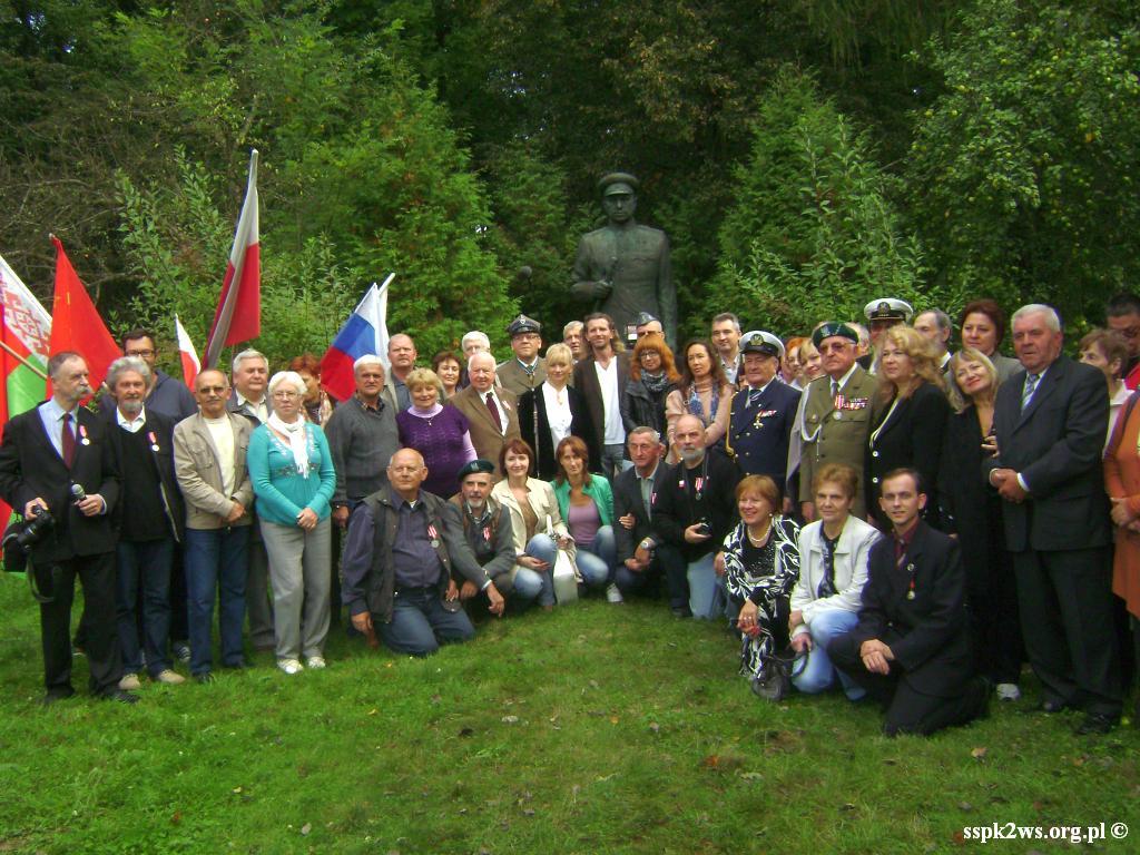 Legnica-Uniejowice-2013-5.Pamiątkowe zdjęcie uczestników uroczystości w Uniejowicach