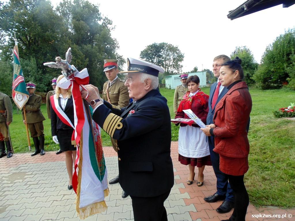 biala-blotna-2013-2.Odznaczanie sztandaru Stowarzyszenia medalem Czynu Frontowego I i II Armii WP
