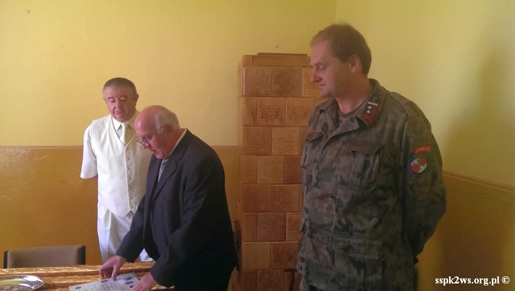 Nowiny_Horynieckie-2013-3.Wyróżnienia wręcza Prezes Okręgu i Dowódca Jednoski Strzelców