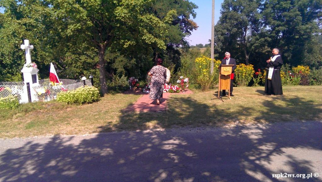 Nowiny_Horynieckie-2013-5.Składanie kwiatów pod Pomnikiem Ofiar Nowin Horyniecki ch