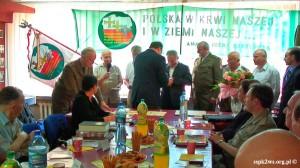 Wizyta-wnuka_Rokossowskiego-2013-10.Wnuk Marszałka dekoruje kombatanckimi odznaczeniami Federacji Rosyskiej