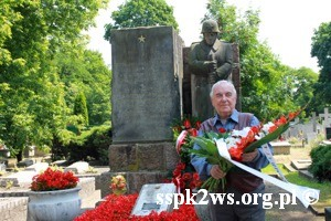 Wizyta-wnuka_Rokossowskiego-2013-14.Komandor H.Kalinowski przed pomnikiem na kwaterze Armii Czerownej Cmentarza Brodnowskiego