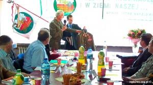 Wizyta-wnuka_Rokossowskiego-2013-4.Marek Zatorski prezentuje zrekonstruowany mundur Marszałka K. Rokossowskiego