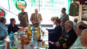 Wizyta-wnuka_Rokossowskiego-2013-6.Michał Sabadach wręcza książkę Attache Obrony Ukrainy