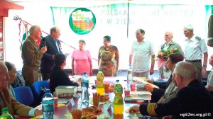 Wizyta-wnuka_Rokossowskiego-2013-9.Wnuk Marszałka dekoruje kombatanckimi odznaczeniami Federacji Rosyjskiej