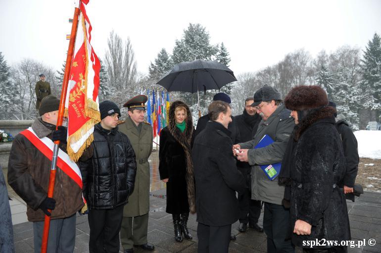 69-rocznica-wyzwolenia-warszawy-Płk. K. Rokossowski dekoruje członka Stowarzyszenia M. Zatorskiego