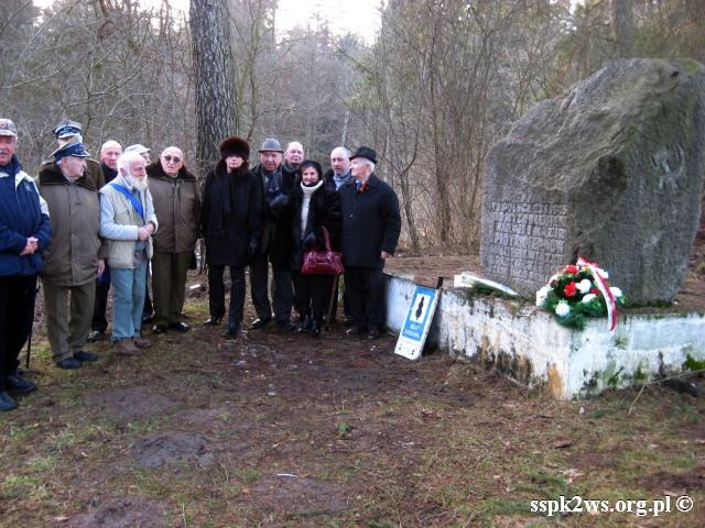 Pieniezno-2014-12.Delegacja Stowarzyszenia z Kombatantami przy pomniku P. Diernowa