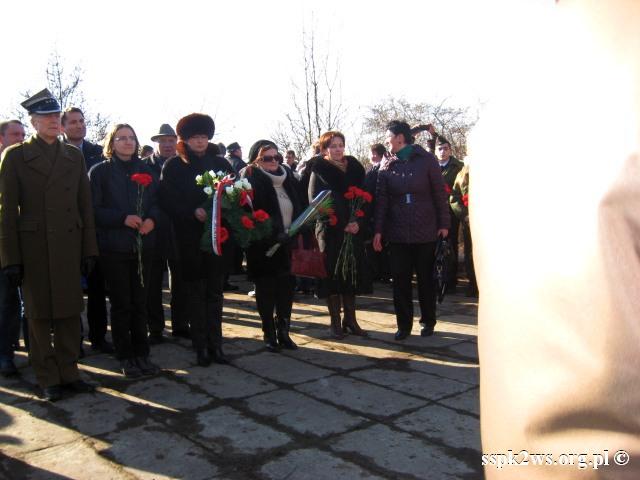 Pieniezno-2014-3.Delegacja Stowarzyszenia składa kwiaty