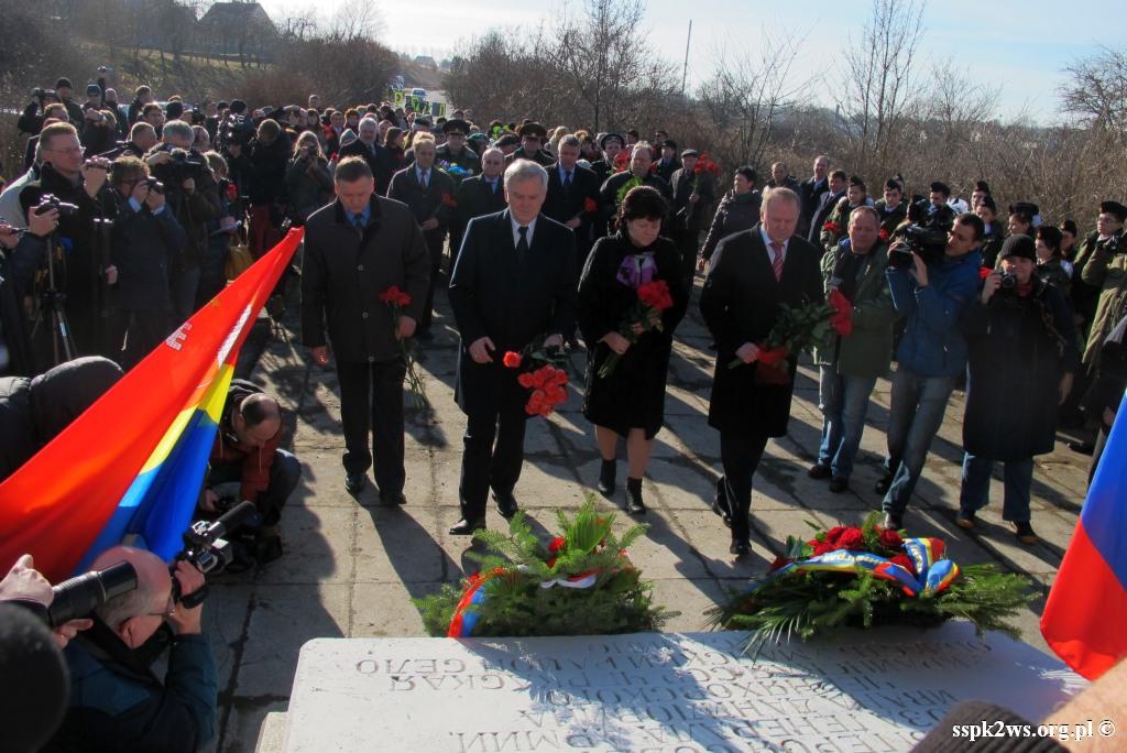 Pieniezno-2014-4.Delegacja Ambasady Federacji Rosyjskiej składa kwiaty