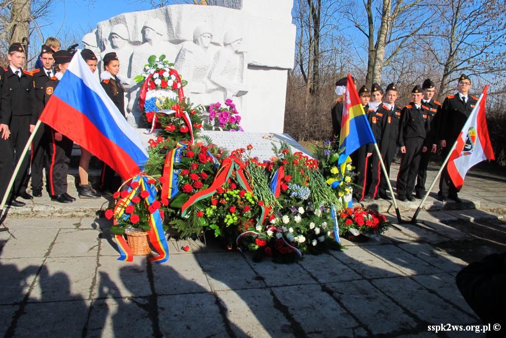 Pieniezno-2014-6.Młodzież rosyjska przy Pomniku